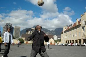 Hier zie je een student tijdens een sportles op deze school voor speciaal onderwijs in Kaapstad