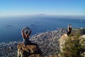 Studenten op Lions Head in Kaapstad uitkijkend over det stad
