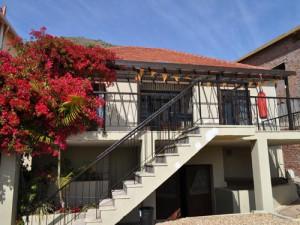 Dit studentenhuis in Green Point Kaapstad heeft een gezellig terras aan de voorkant waar je kunt genieten van een uitzicht over de haven