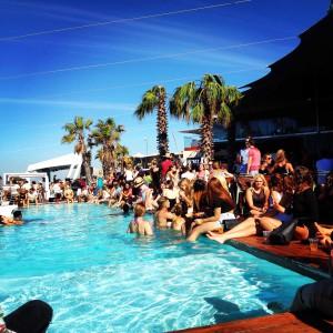 In de weekenden gaan de studenten graag naar leuke feestjes in Kaapstad, hier zie je de studenten bij het zwembad zitten