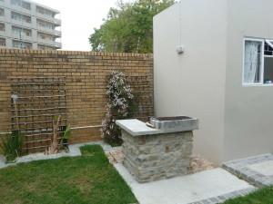 In de tuin is ook een braai waar studenten van kunnen genieten tijdens de Kaapse zomer