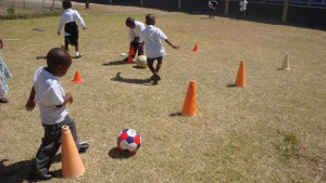 Sportende kinderen basisschool Kaapstad in de township