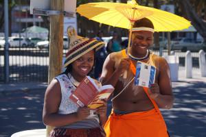 Een kleurrijk duo dat staat op te treden op straat in Kaapstad