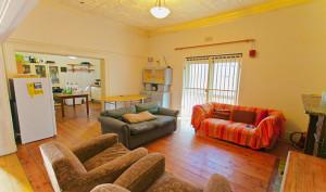 De woonkamer van dit gezellige huis in de studentenwijk Observatory, met doorkijk naar de volledig uitgeruste keuken