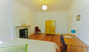 Dit is een van de slaapkamers in het huis, er zijn 4 ruime prive kamers in dit huis
