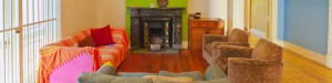 De gezamenlijke woonkamer in het studentenhuis, met openhaard en voldoende plek voor alle studenten
